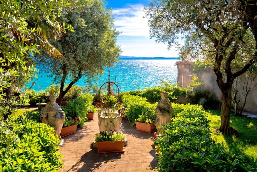 Udsigt over Gardasøen fra Sirmione i Veneto-regionen i Italien