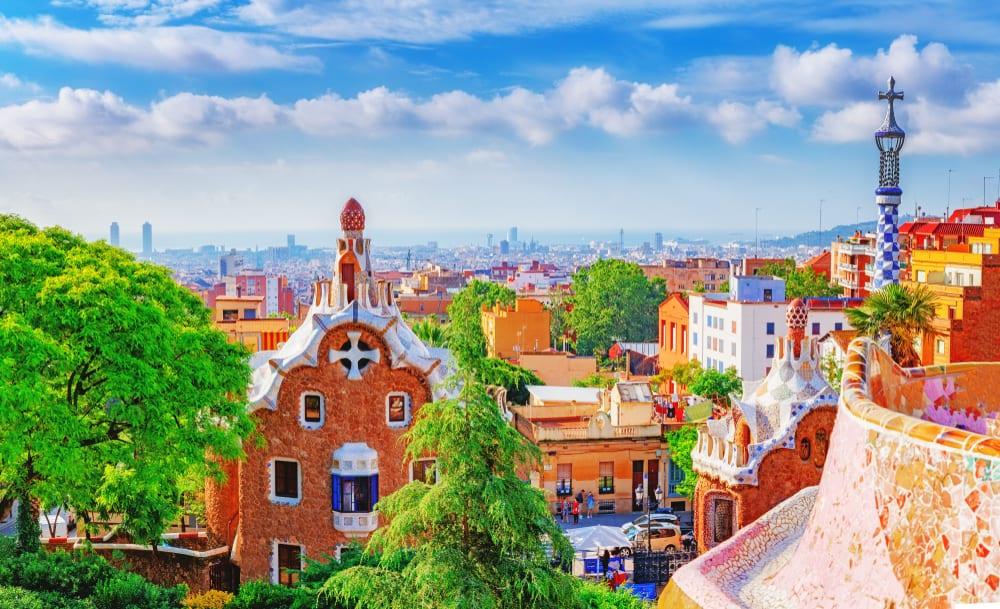 Udsigt over det smukke landemærke Park Güell i Barcelona på en dag med blå himmel