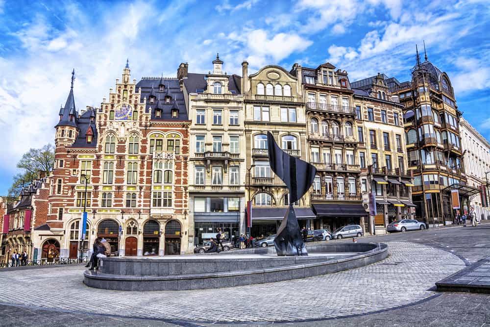 Torv i Bruxelles med gamle bygningsværker i baggrunden.