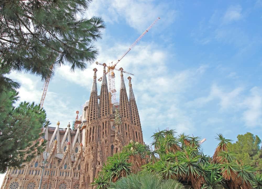 Sagrada Familia med byggekran i gang med byggeriet
