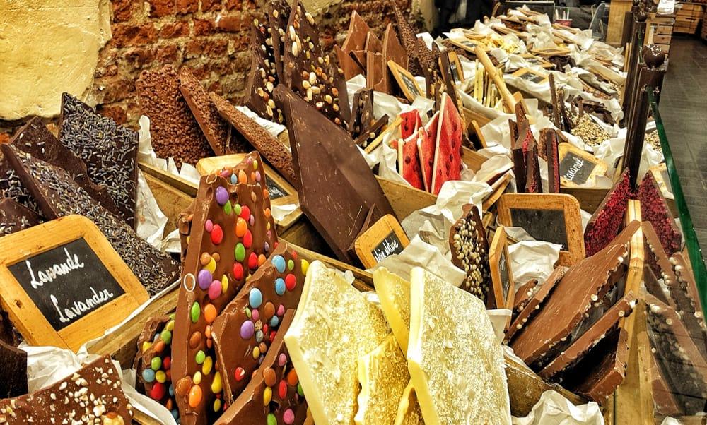 Et udvalg af diverse belgiske chokolader i en butik i Bruxelles.