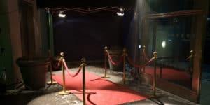 Rød løber bade i projektørlys ved filmfestivalen Berlinalen i Berlin.