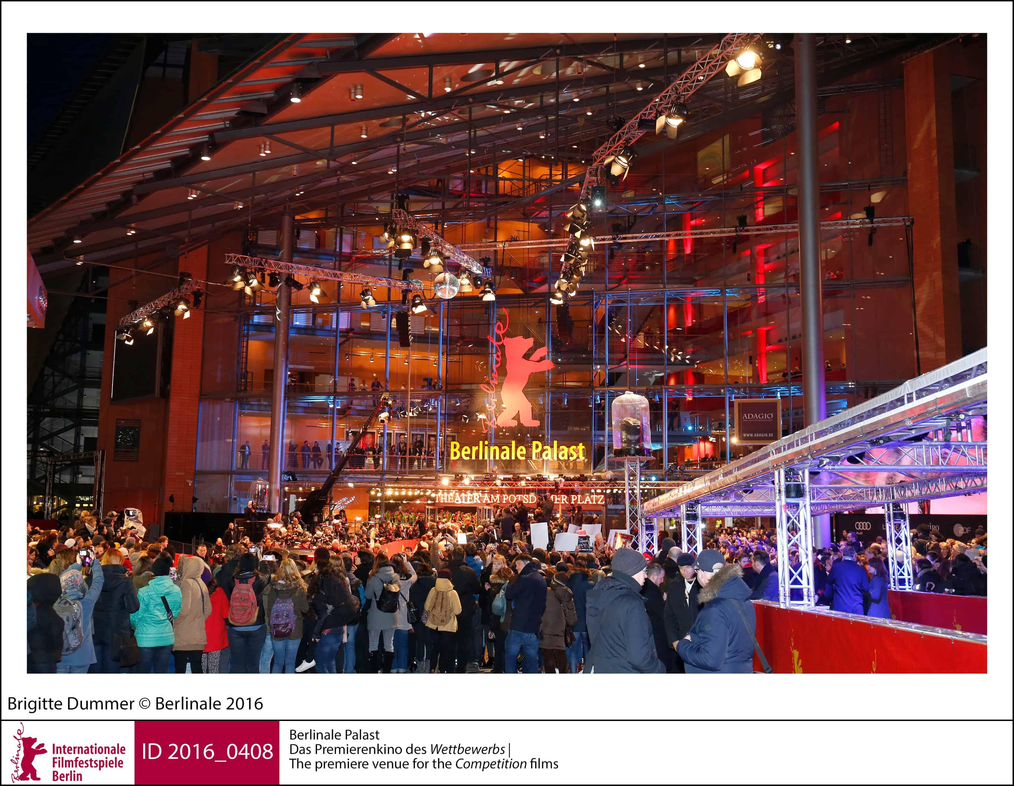 Berlinale Palast med kø af mennesker, som venter på at komme ind.