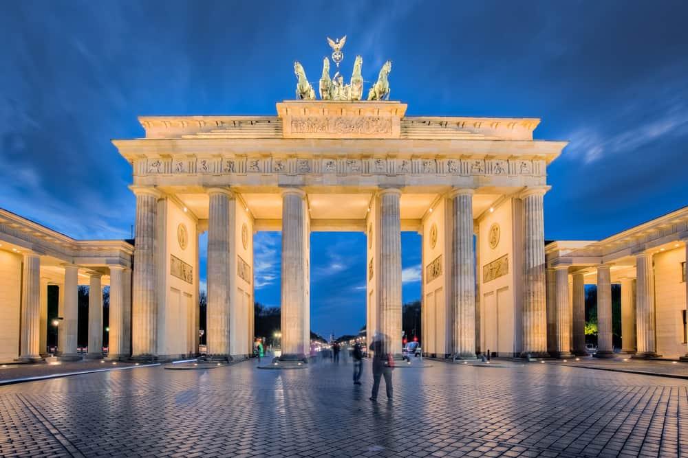 Brandenburger Tor i skumringen med få turister