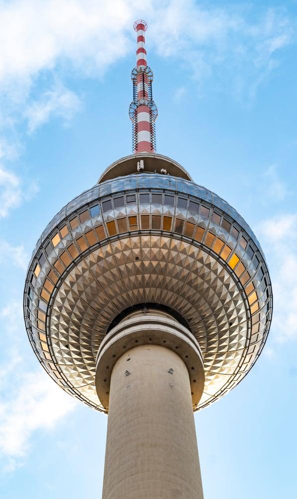 Fjernsynstårnet i Berlin set nedefra