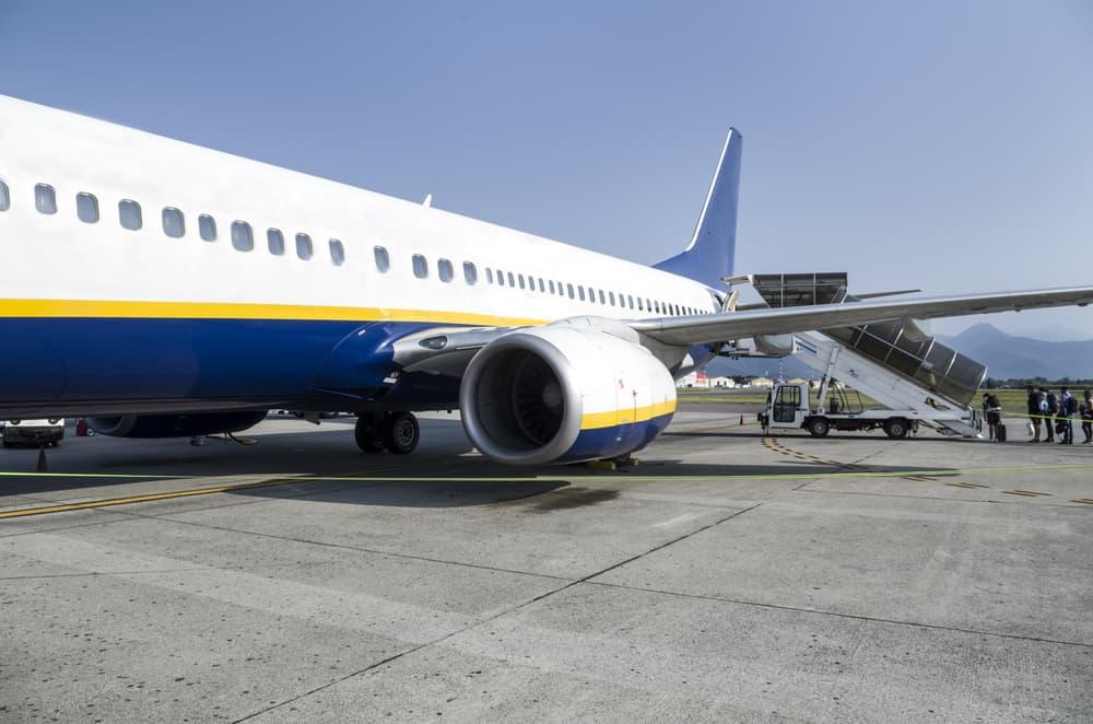 Fly fra Ryanair som holder stille i lufthavnen