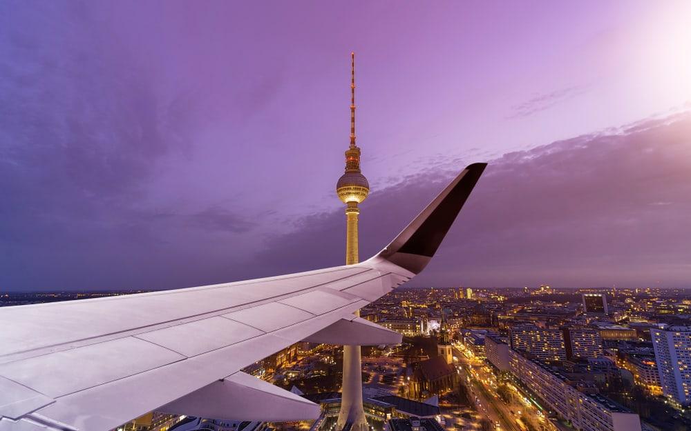 Udsigt fra fly over flyvinge med Berlins Fjernsynstårn i baggrunden