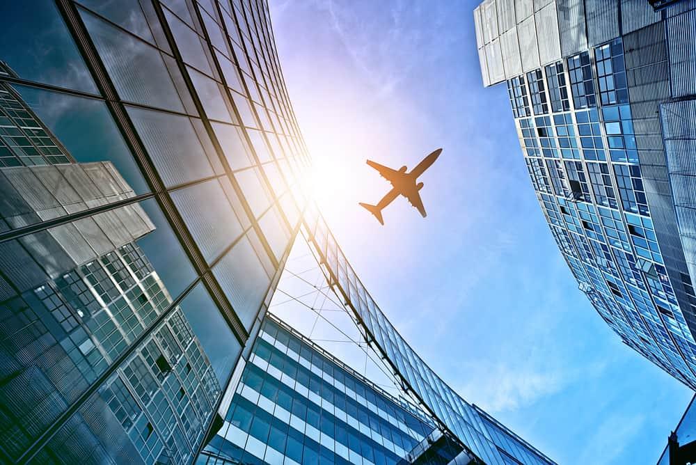 Fly i himlen set fra Potsdamer Plats i Berlin. På landjorden ses bygninger i stål, glas og beton.