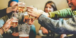 Unge mennesker der skåler i fadøl ved Berlins årlige ølfestival