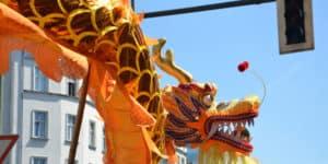 Kinesisk drage i bybilledet under Karneval der Kulturen i Berlin