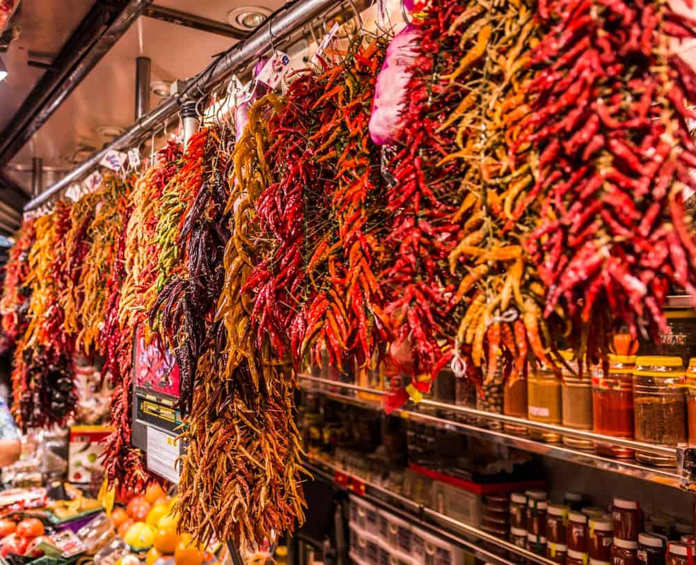 Bod med stort udvalg af chilier i La Boqueria.