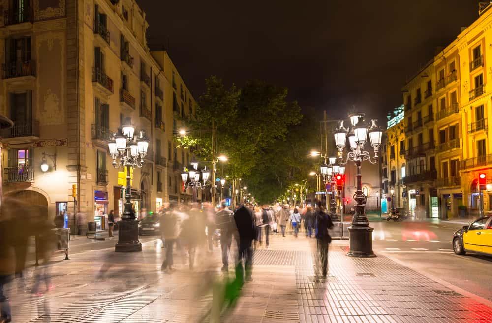 Ramblaen i Barcelona om aftenen.