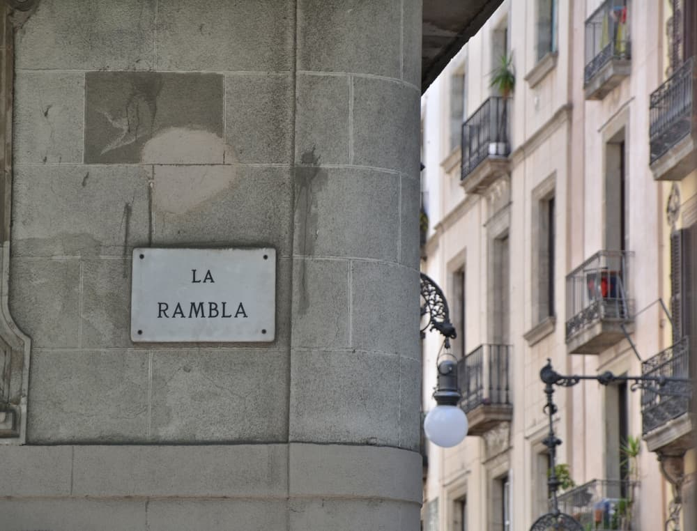"""Gadeskilt med navnet """"La Rambla"""" på bygning."""