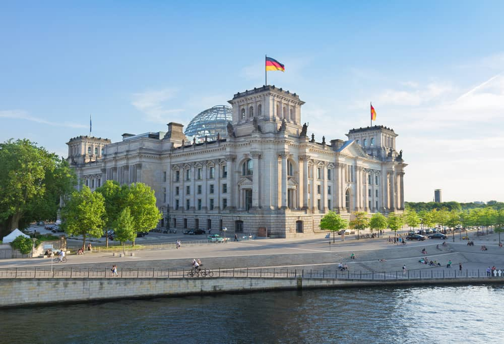 Rigsdagsbygningen i Berlin med Spree floden i forgrunden