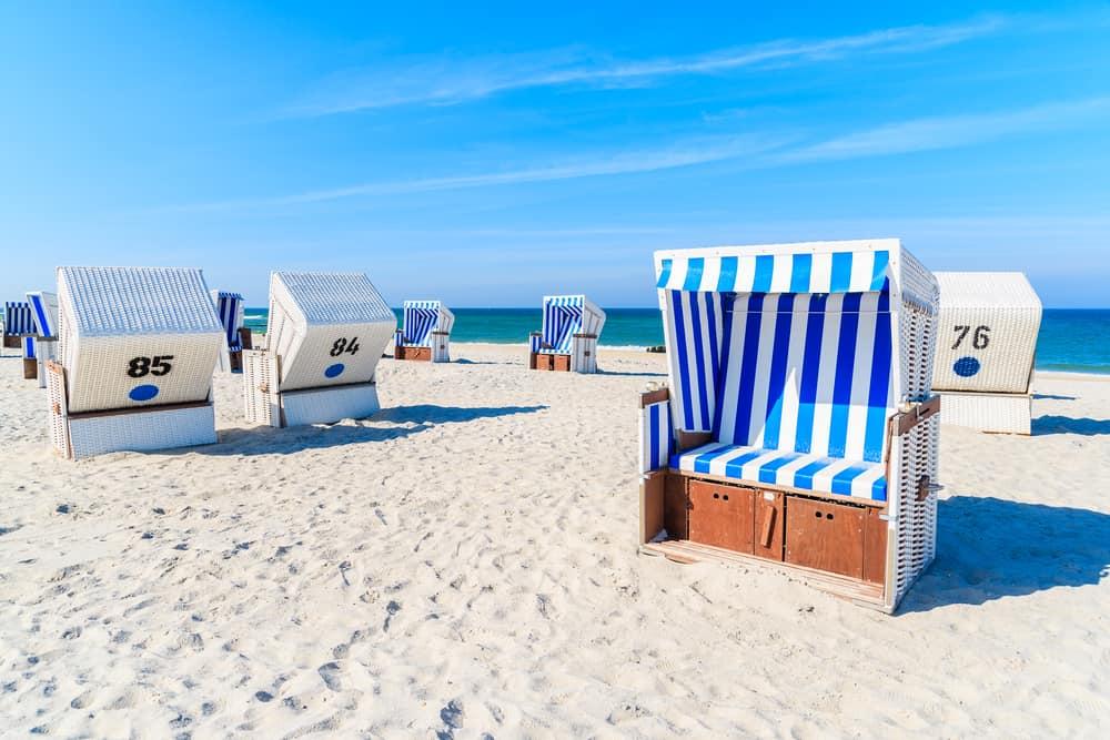 Dejlig sandstrand med strandstole
