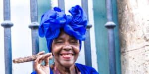 Kvinde der ryger cigar - Cuba