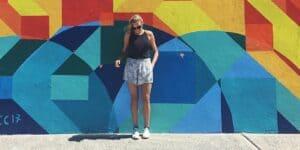Mathilde Odgaard i Sydney. Står foran mur i pangfarver.