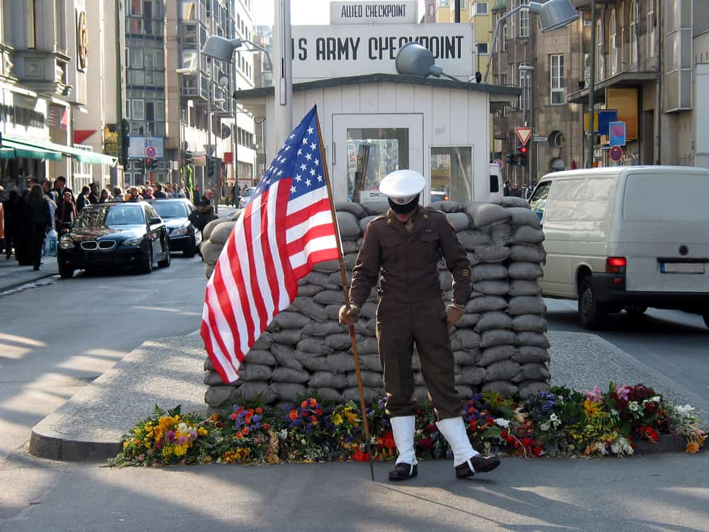 Soldat ved Checkpoint Charlie i Berlin
